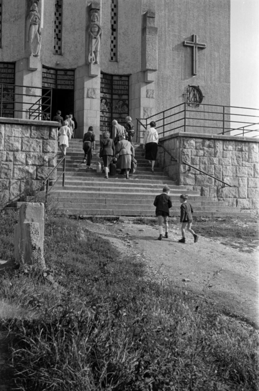 1955, Máriaremetei út 34., a Remetekertvárosi Szentlélek templom