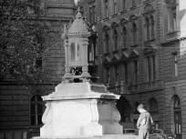 1960, Báthory utca és a Hold utca kereszteződése, a Batthyány-örökmécses