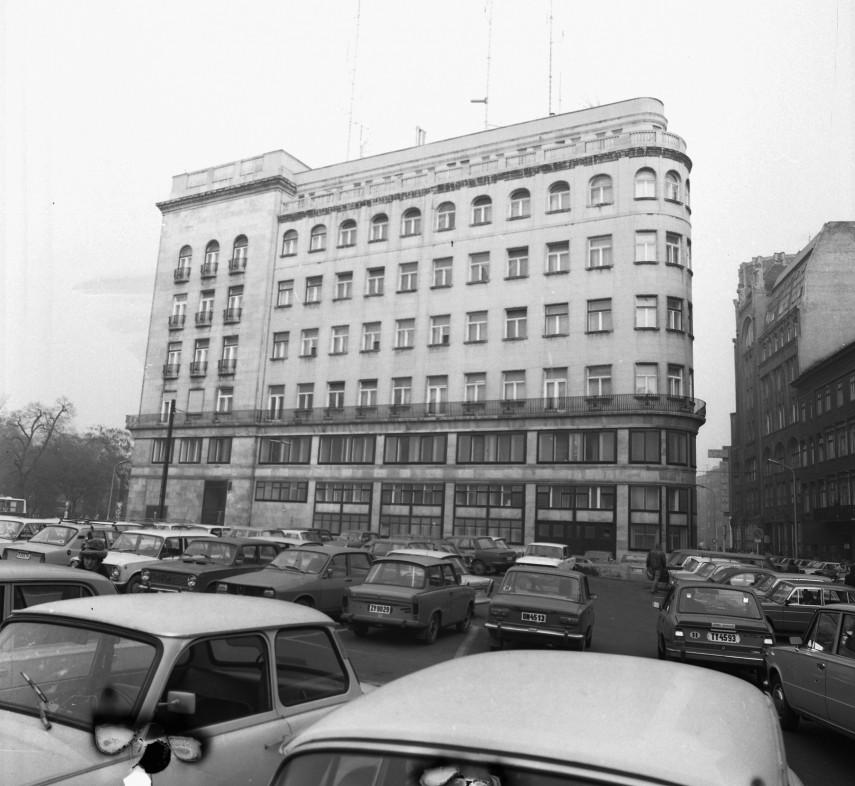 1982, a Budapesti Rendőr-főkapitányság épülete a mai Kempinski Hotel Corvinus helyén volt parkoló felől