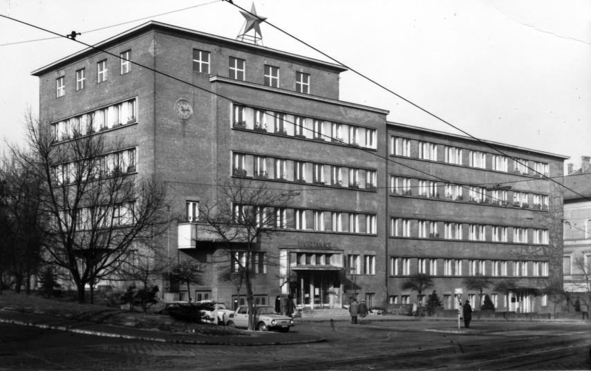 1975, Böszörményi út, a kerületi Tanács (ma Polgármesteri Hivatal) a Kiss János altábornagy utca felől nézve