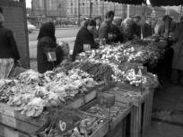 1969, piac a Kerepesi út - Hungária körút kereszteződésnél. Balra a HÉV megállója