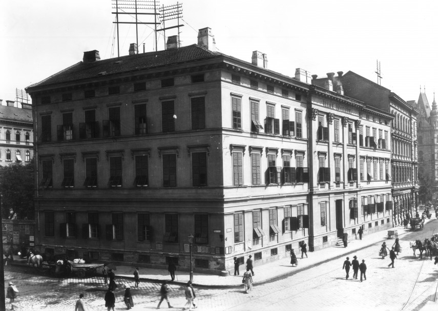 1901-1904, a Király utca és a Gyár utca (Liszt Ferenc tér) sarka, 6. kerület