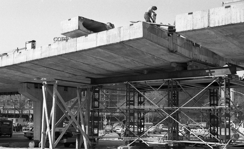 1980, Marx (Nyugati) tér, a felüljáró építése. A felvétel a részleges visszabontáskor készült
