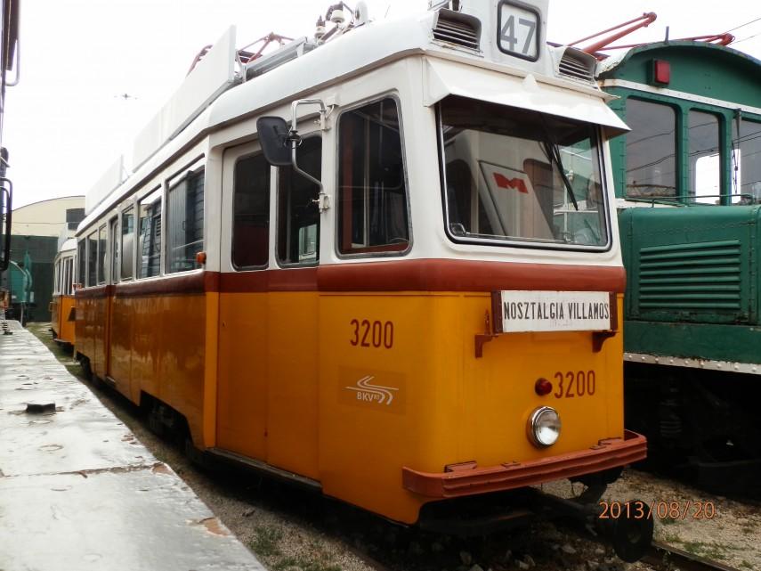 Az első UV villamos, a 3200-as pályaszámú villamos motorkocsija